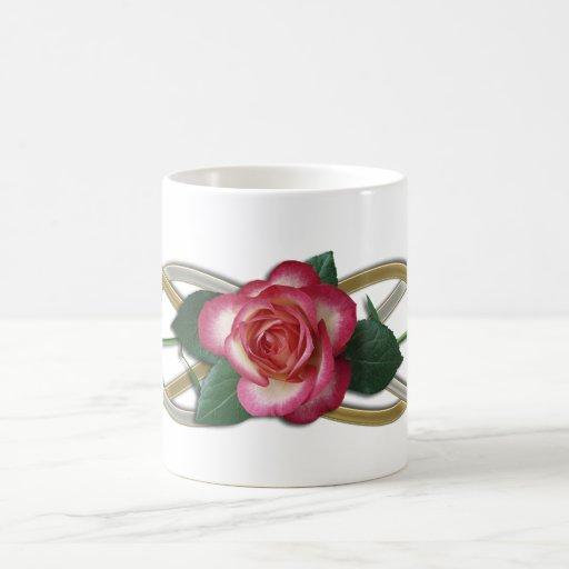Rosas dobles del oro de la plata del infinito taza de café