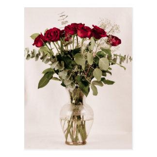 Rosas en colección del florero claro postal
