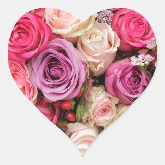 Rosas en colores pastel mezclados por pegatina en forma de corazón