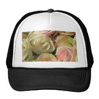 Rosas en colores pastel por la rosaleda gorros