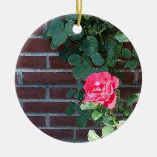 Rosas en el ornamento de la pared de ladrillo adorno navideño redondo de cerámica