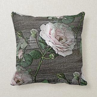 Rosas en la madera resistida cojín decorativo