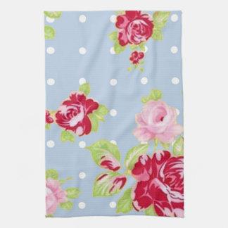 Rosas en la toalla de cocina azul
