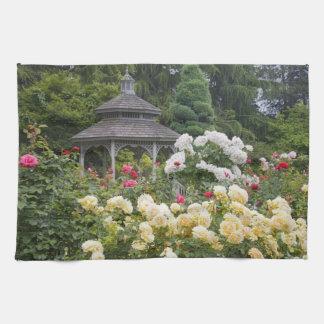 Rosas en rosaleda de la floración y del Gazebo en Toalla De Mano
