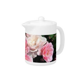 Rosas en un rosa del pote del té
