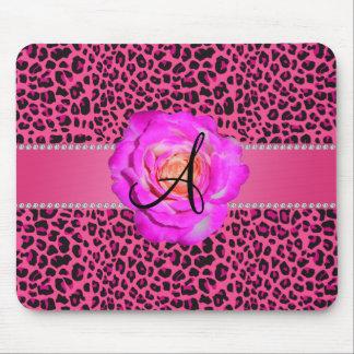 Rosas fuertes rosadas del leopardo del monograma s tapetes de ratones