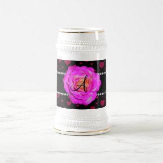 Rosas fuertes rosadas negras de los corazones del  taza de café