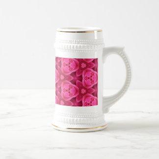 Rosas fuertes y modelo color de rosa abstracto jarra de cerveza