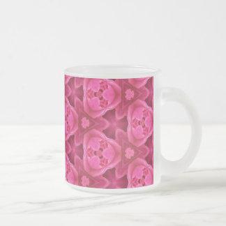 Rosas fuertes y modelo color de rosa abstracto taza de cristal
