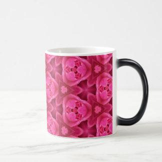 Rosas fuertes y modelo color de rosa abstracto taza mágica