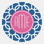 Rosas fuertes y monogramas geométricos azules del pegatinas redondas