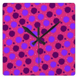 Rosas fuertes y puntos púrpuras del chapoteo reloj de pared