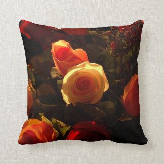 Rosas I - Naranja, rojo y gloria del oro Cojín Decorativo