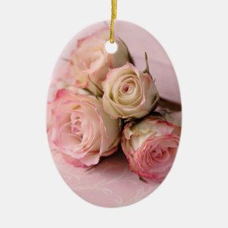 rosas pálidos en el ornamento rosado del óvalo de ornamento para reyes magos