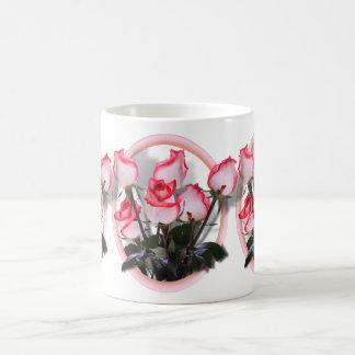 Rosas para la mamá el el día de madre taza clásica