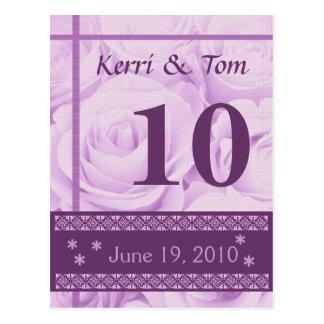 Rosas PÚRPURAS que casan la recepción de la tarjet Postal
