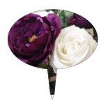 Rosas púrpuras y blancos artificiales figuras de tarta
