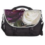 Rosas púrpuras y blancos artificiales bolsas de portátil
