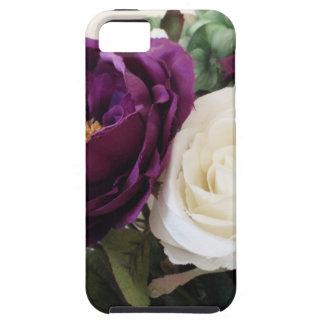 Rosas púrpuras y blancos artificiales iPhone 5 funda
