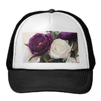 Rosas púrpuras y blancos artificiales gorra
