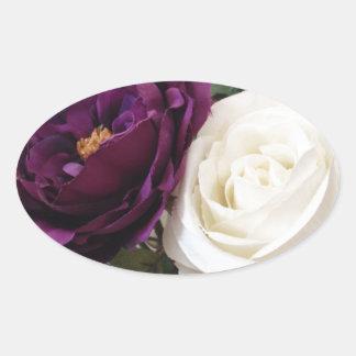 Rosas púrpuras y blancos artificiales calcomanía óval