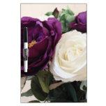 Rosas púrpuras y blancos artificiales pizarra