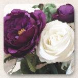 Rosas púrpuras y blancos artificiales posavasos