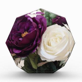 Rosas púrpuras y blancos artificiales