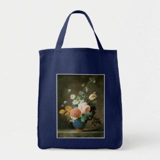 Rosas, ranúnculo y otras flores en un florero azul bolsas