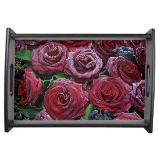 Rosas rojo oscuro congelados en un sepulcro bandeja