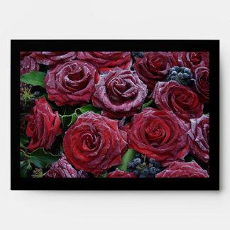 Rosas rojo oscuro congelados en un sepulcro sobre