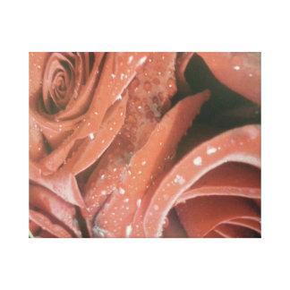 Rosas rojos con la impresión de las gotitas de agu impresión en lienzo estirada