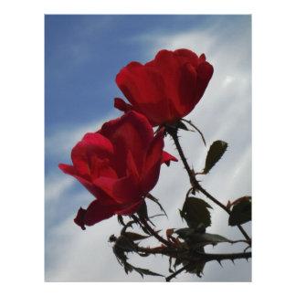 Rosas rojos contra un cielo azul brillante membrete personalizado