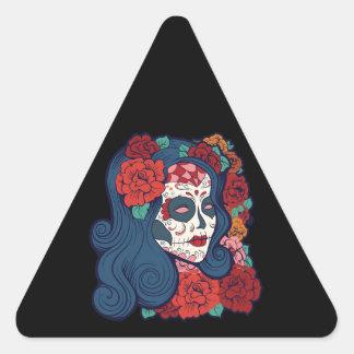 Rosas rojos de la mujer del cráneo del azúcar en pegatina triangular