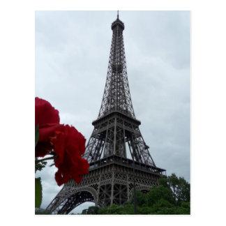 Rosas rojos de la postal magnífica de la torre Eif