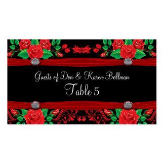 Rosas rojos de la vid en la tabla negra tarjetas de visita