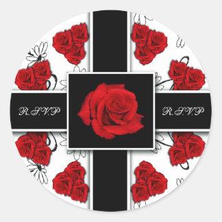Rosas rojos elegantes - pegatinas del rsvp del pegatina redonda