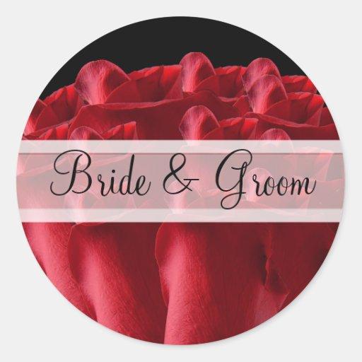 Rosas rojos elegantes que casan a los pegatinas etiquetas redondas