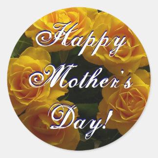Rosas rojos felices del día de madre pegatina redonda