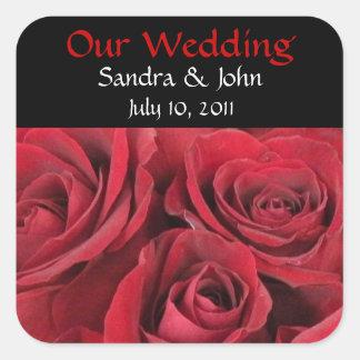 Rosas rojos que casan a los pegatinas pegatina cuadrada