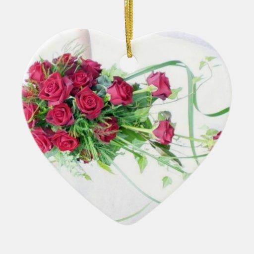Rosas rojos que casan el ramo ornamente de reyes