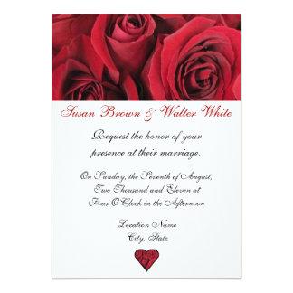 Rosas rojos que casan la invitación