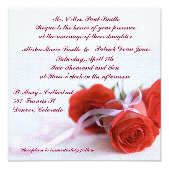 Rosas rojos que casan la invitación de la