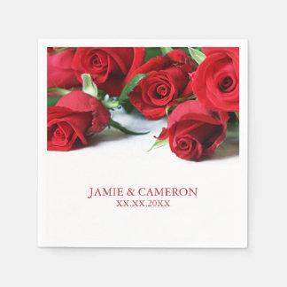 Rosas rojos que casan la servilleta servilletas de papel