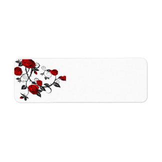 Rosas rojos que suben etiquetas de remite