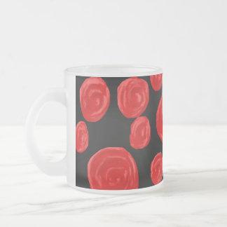 Rosas rojos románticos en fondo negro. taza de cristal