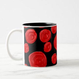 Rosas rojos románticos en fondo negro. taza de dos tonos