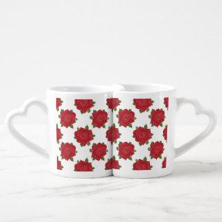 Rosas rojos románticos en las tazas de encargo taza amorosa