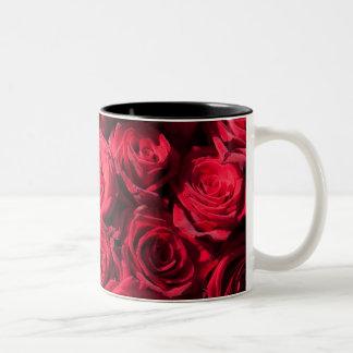 Rosas rojos taza de dos tonos