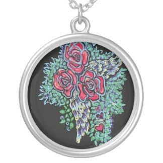 Rosas rojos y alas del ángel colgante redondo